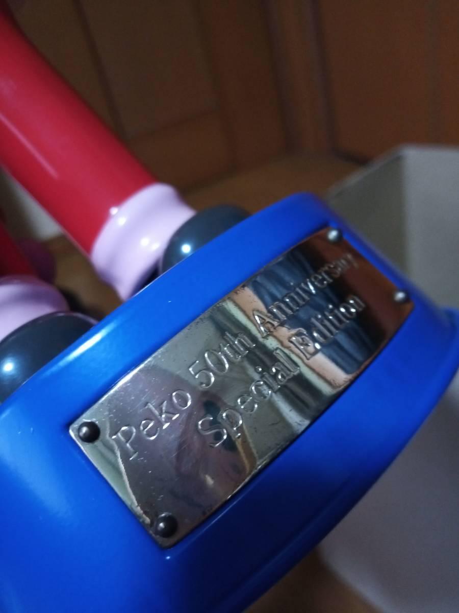 非売品 不二家 ペコちゃん 50周年記念 首ふり人形 金属製青台座 高さ約35cm 当選品_画像3