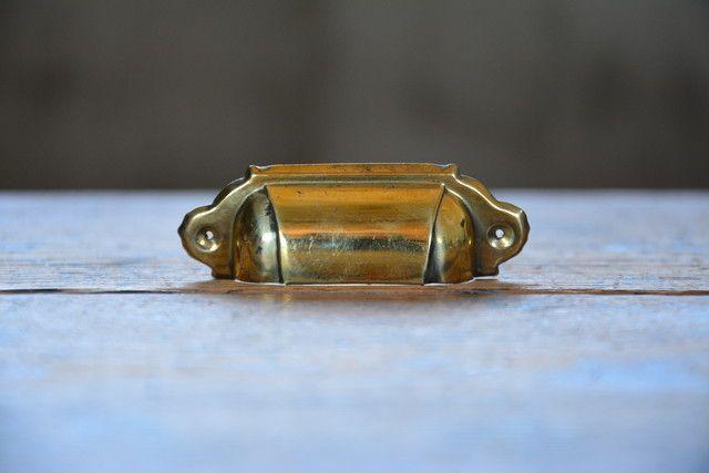 NO.2100 古い真鍮の甲丸面付取手 77mm 検索用語→A50gアンティークビンテージ古道具金物取っ手引手引き手小引き出し机_画像1