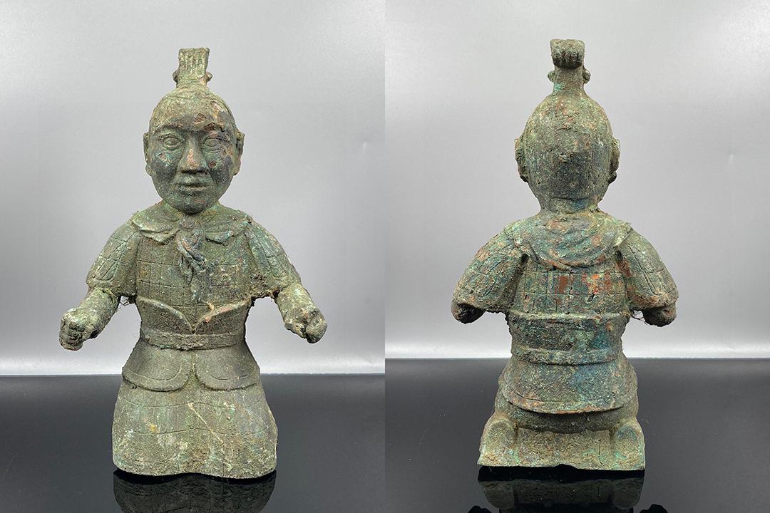 ◆0685◆コレクター放出 漢代 青銅器人俑兵馬俑 重さ1395g 長さ8cm 横幅13cm 高さ23cm_画像1
