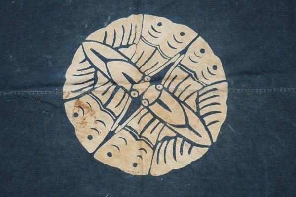 2135F11◆家紋風呂敷◆ボロ◆藍染木綿古布◆筒描き◆家紋(向かい蝶)◆BORO◆ANTIQUE◆リメイク素材_画像2