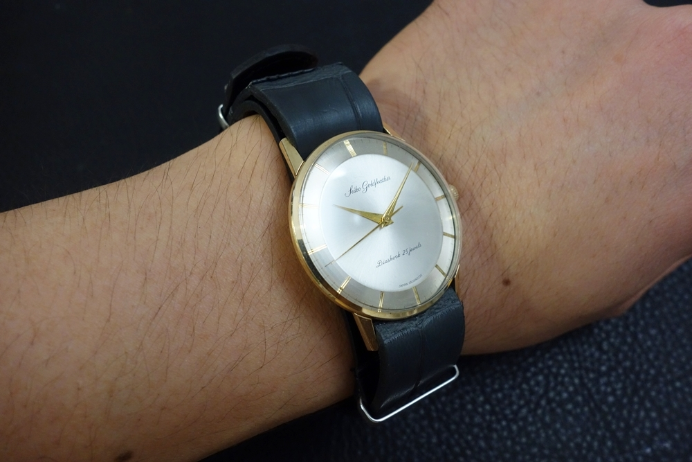 ◆クロコダイルNATO G10ストラップ◆本クロコダイルレザー マットグレー 20mm 強撥水 日本製 ワニ革 ミリタリー ブレスレット 腕時計ベルト_使用例。時計は商品には含まれません。