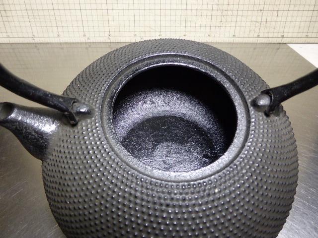 963 金秀作と在銘 未使用 アラレ鉄瓶 満水で1650ml _画像5