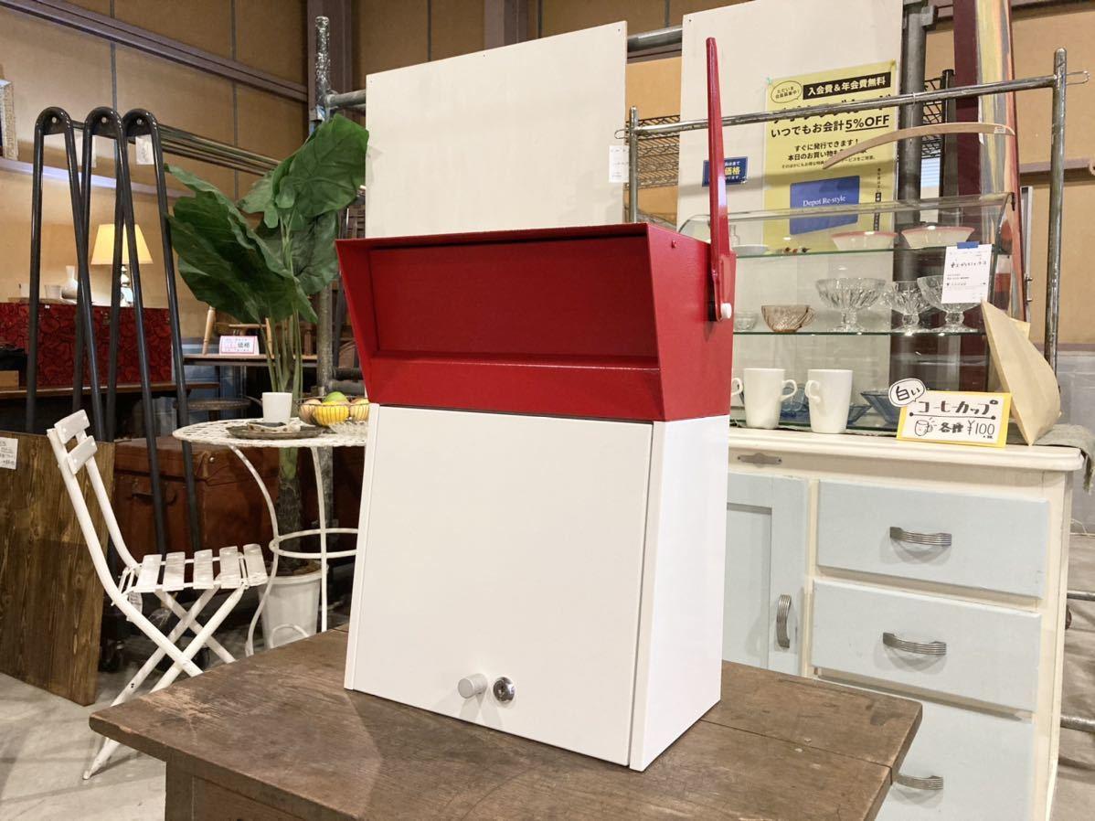 ■【展示品】HAMOSA ハモサ メルローズポスト 赤/白 郵便受け 壁付け カギ付き A4サイズ収納可能 ビンテージ風でおしゃれ フラッグ付き■ _画像1