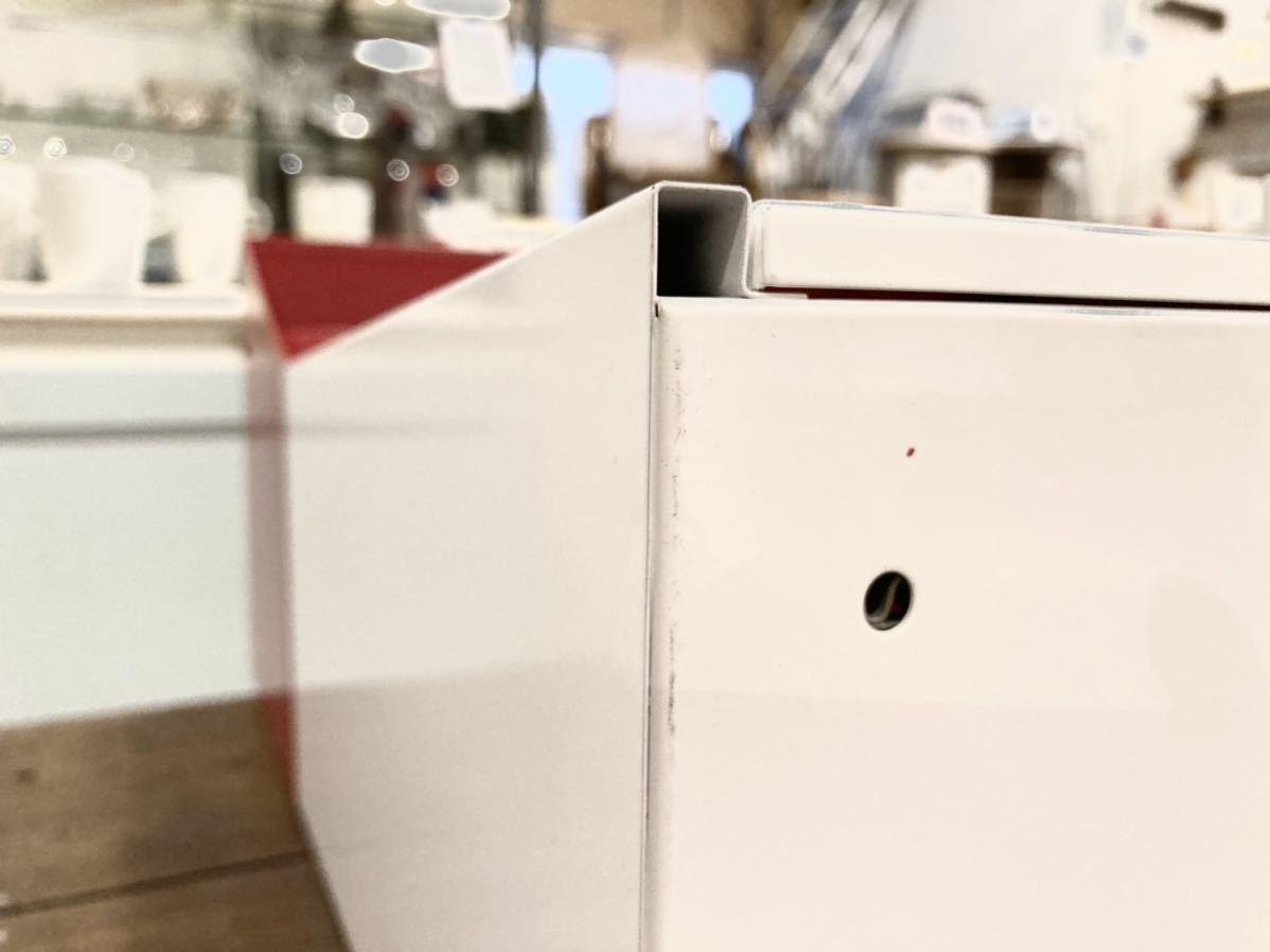 ■【展示品】HAMOSA ハモサ メルローズポスト 赤/白 郵便受け 壁付け カギ付き A4サイズ収納可能 ビンテージ風でおしゃれ フラッグ付き■ _底面にわずかに汚れあり。