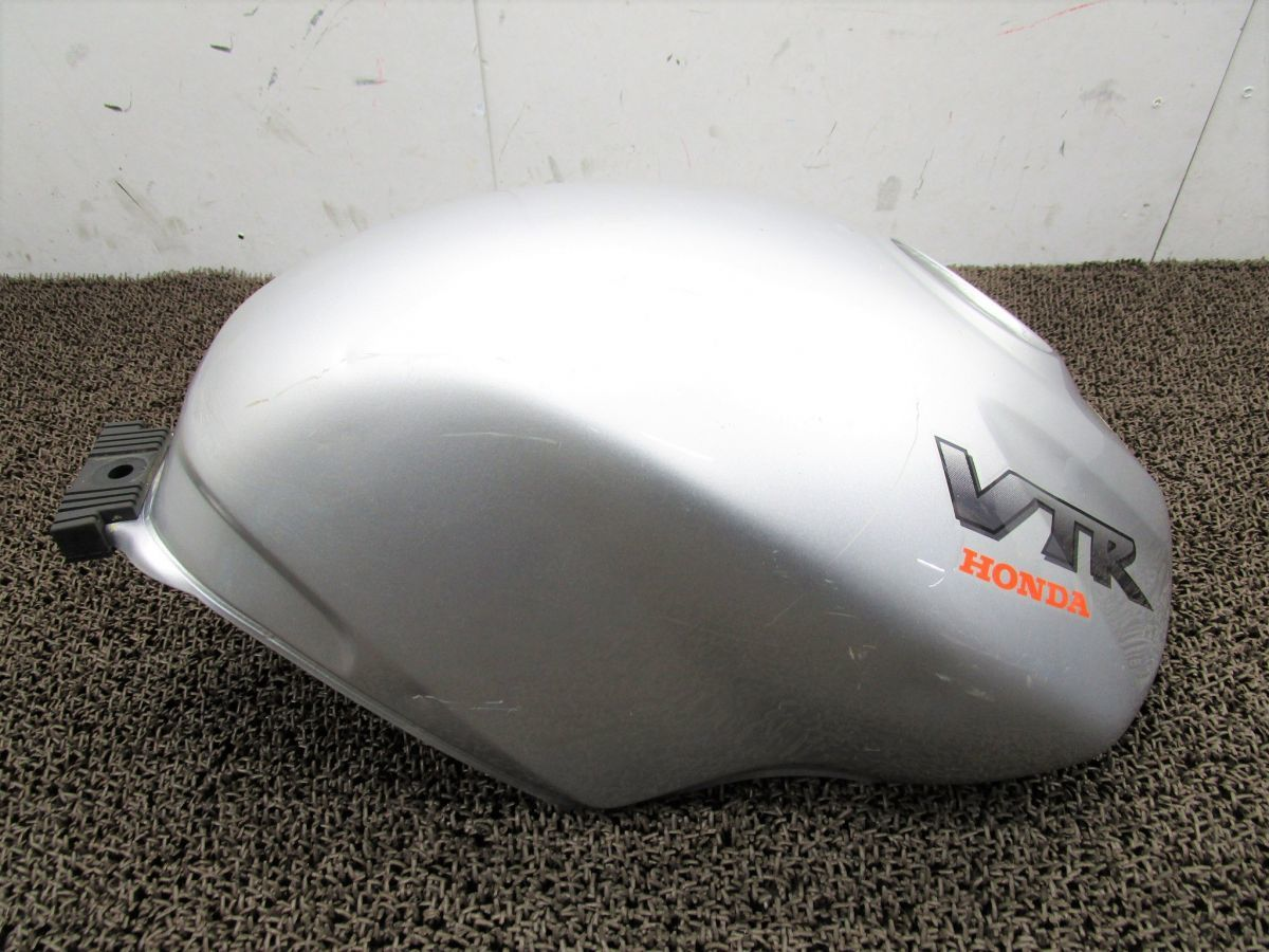 VTR250 ガソリンタンク □XF39!MC33 修復素材に ホンダ 【 MC15E 】 キャブ車_画像2