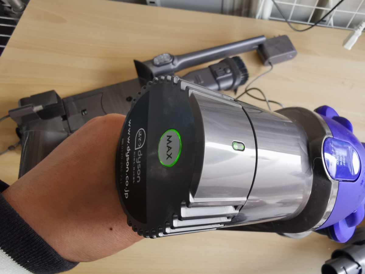 dyson ダイソン コードレスクリーナー ダイソンDC35 掃除機 通電OK ジャンク扱い 現状販売_画像3