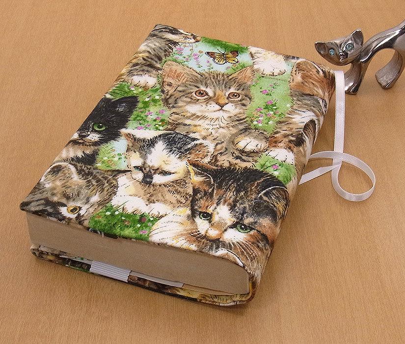 35 B ハンドメイド 手づくり 文庫本② ブックカバー 子猫 草原 蝶々 かわいい 猫 ねこ ネコ キャット cat プレゼント 贈り物_基本的に文庫本②の縦サイズが15.2cm以下