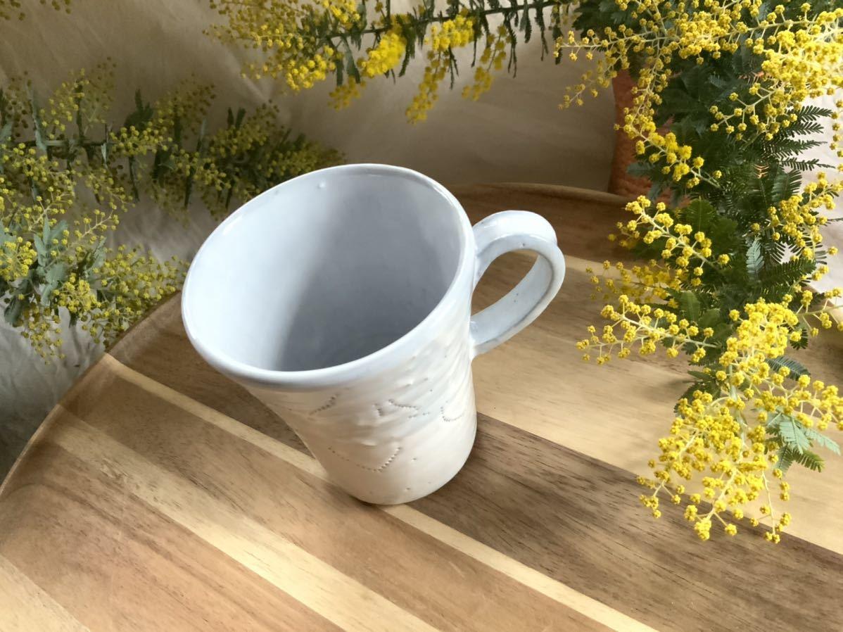 159 マグカップ コーヒーカップ お花模様 ホワイト ライトブルー オブジェ インテリア 陶器 釉薬_画像2