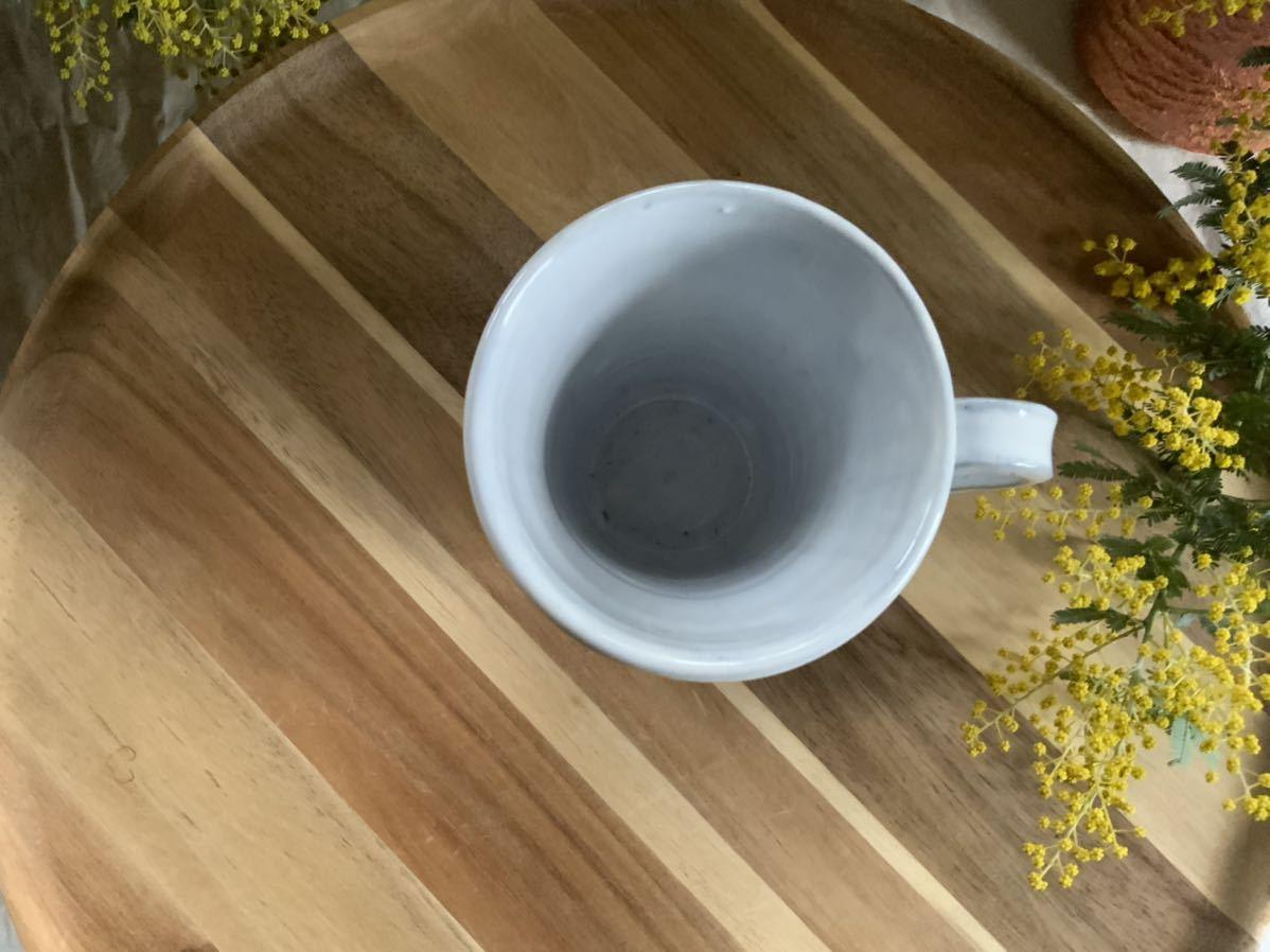 159 マグカップ コーヒーカップ お花模様 ホワイト ライトブルー オブジェ インテリア 陶器 釉薬_画像3