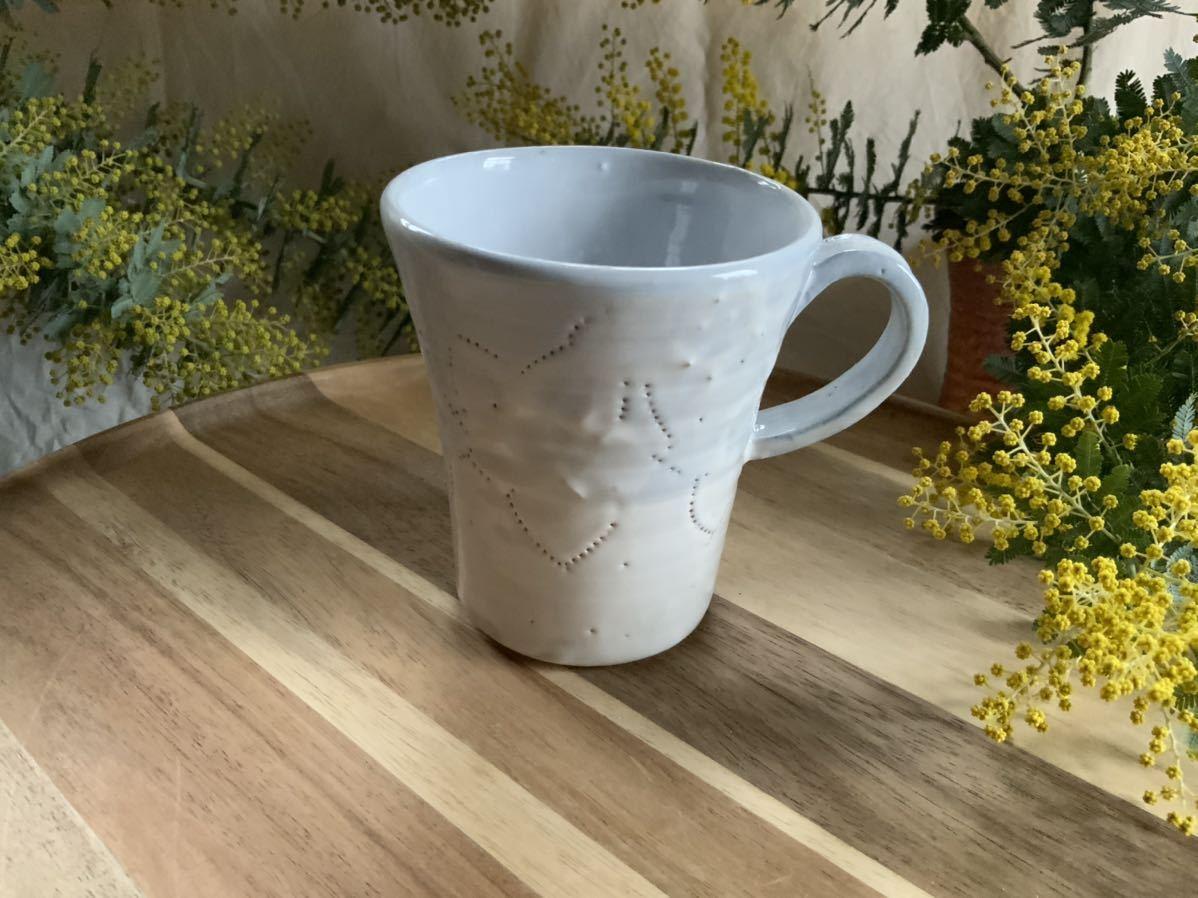159 マグカップ コーヒーカップ お花模様 ホワイト ライトブルー オブジェ インテリア 陶器 釉薬_画像1