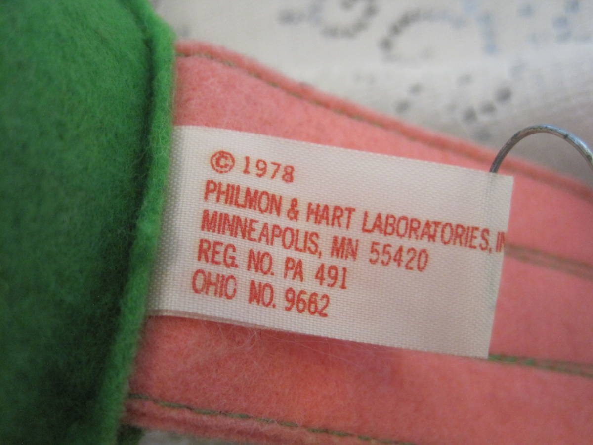 イースターバニー ヴィンテージ Pass Philimon&Hart 縫いぐるみ ピンク系 緑色の帽子とオーバーオール フエルト タグ付 1978年製 _画像8