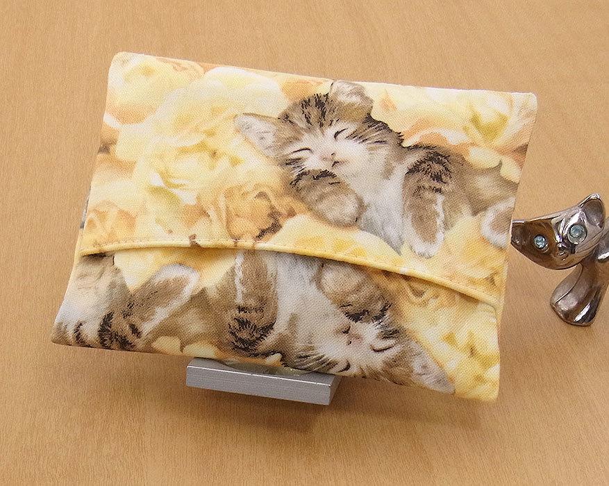 17-c T ハンドメイド 手づくり ティッシュ カバー ケース 黄色い花 お眠り 独占 子猫 猫 ネコ ねこ キャット プレゼント 贈り物_一般的なポケットティッシュが入ります。