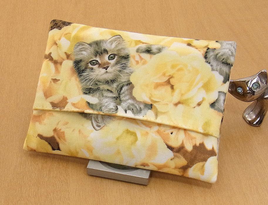 17-a T ハンドメイド 手づくり ティッシュ カバー ケース 黄色い花 お眠り ひとり占め 子猫 猫 ネコ ねこ キャット プレゼント 贈り物_一般的なポケットティッシュがはいります。