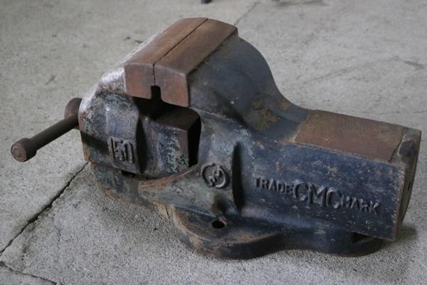 TB526重厚 バイス 万力 40.5kg◇工業系/アイアン/鉄製/什器/ディスプレイ/ウェイト/アンビル/インダストリアル/工具/古道具タグボート_画像1