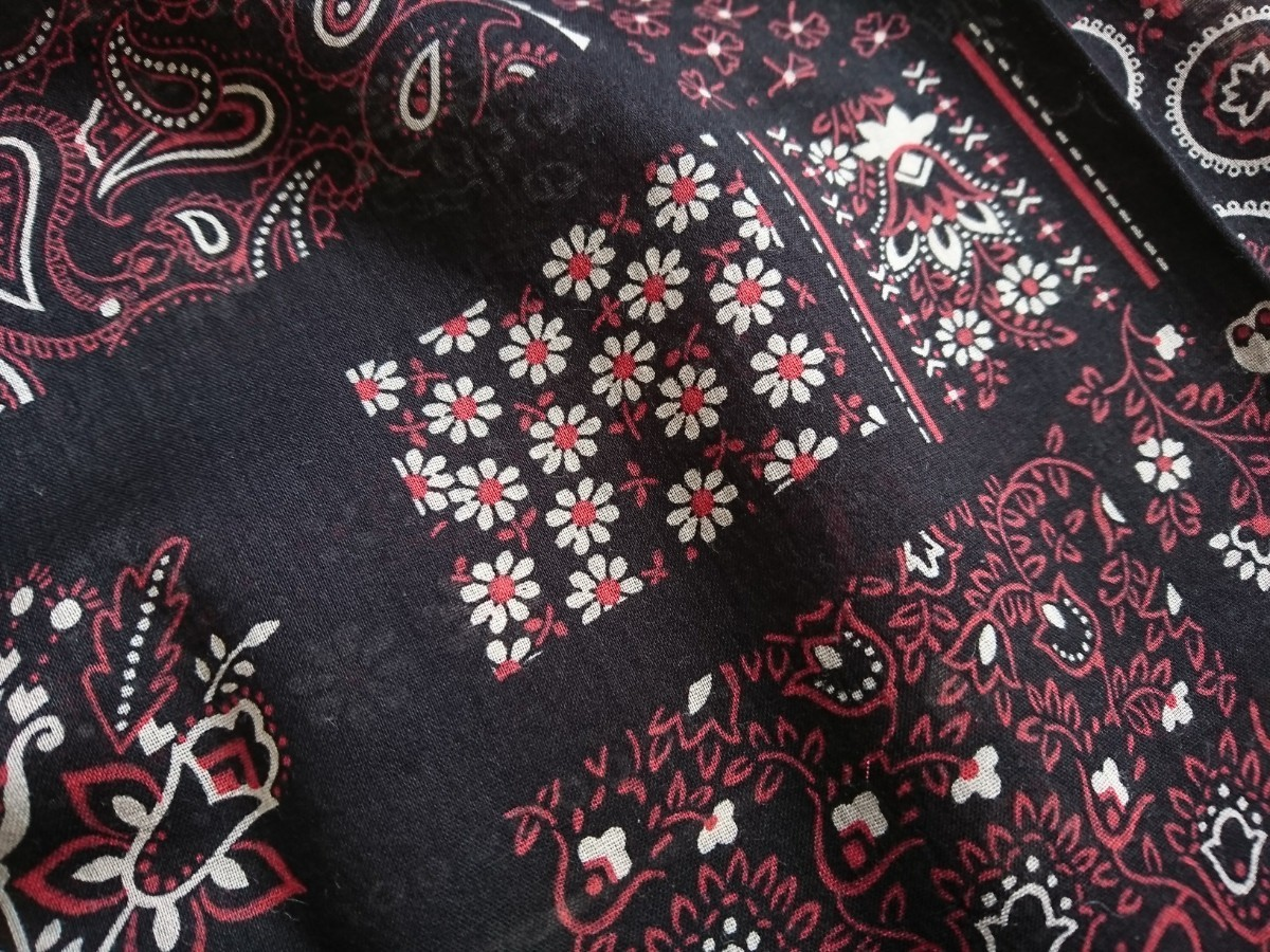はぎれ生地(11) 約25㎝×110㎝ 薄地 綿 黒バンダナ風 花模様