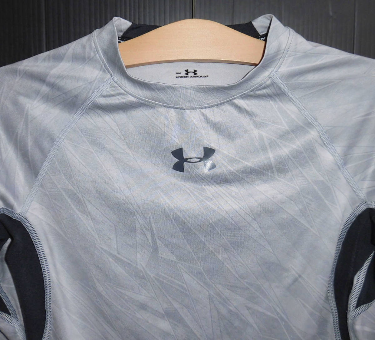 Λ美品 UNDER ARMOUR アンダーアーマー 18ss スポーツインナー UA HEATGEAR ARMOUR PRINTED LS コンプレッションシャツ S グレー