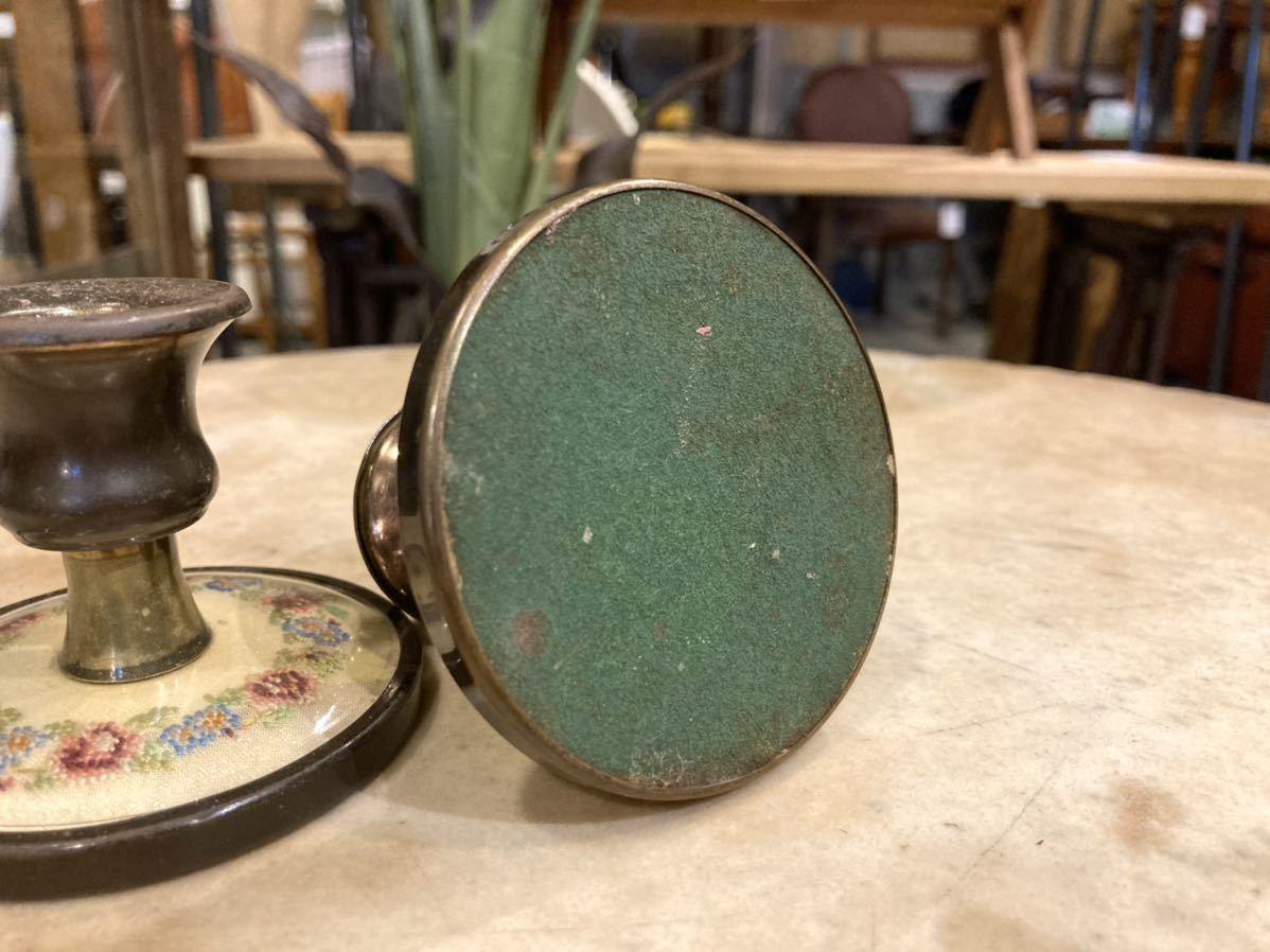 ■英国アンティーク プチポワン キャンドルホルダー 2個セット 真鍮製 燭台 細密刺繍 ハンドクラフト 伝統工芸 インテリア イギリス■ _裏はフェルト張り