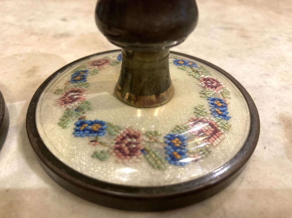 ■英国アンティーク プチポワン キャンドルホルダー 2個セット 真鍮製 燭台 細密刺繍 ハンドクラフト 伝統工芸 インテリア イギリス■ _ブルーの小花の色が濃いほうです。