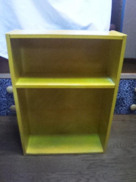 小さな棚  高さ65cm、横47cm、奥行き17cmくらい 中古 黄色いペンキ塗ってます。_画像1