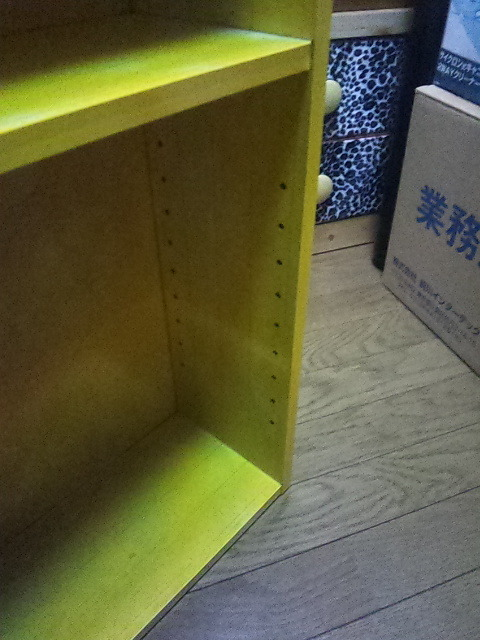 小さな棚  高さ65cm、横47cm、奥行き17cmくらい 中古 黄色いペンキ塗ってます。_画像3