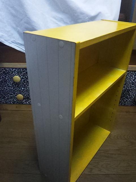 小さな棚  高さ65cm、横47cm、奥行き17cmくらい 中古 黄色いペンキ塗ってます。_画像2