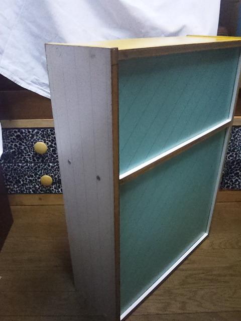 小さな棚  高さ65cm、横47cm、奥行き17cmくらい 中古 黄色いペンキ塗ってます。_画像4
