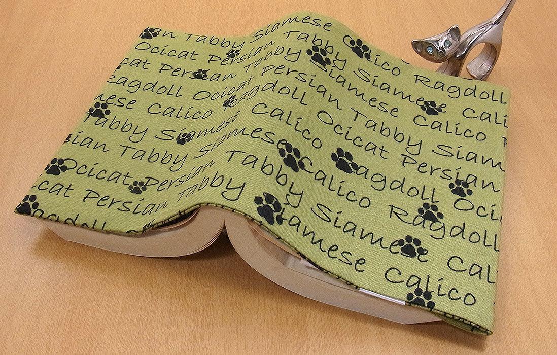 09 B ハンドメイド 手づくり 文庫本② ブックカバー 黄緑 足跡 アルファベット 肉球 男性用 猫 ねこ ネコ キャット cat プレゼント 贈り物_画像2