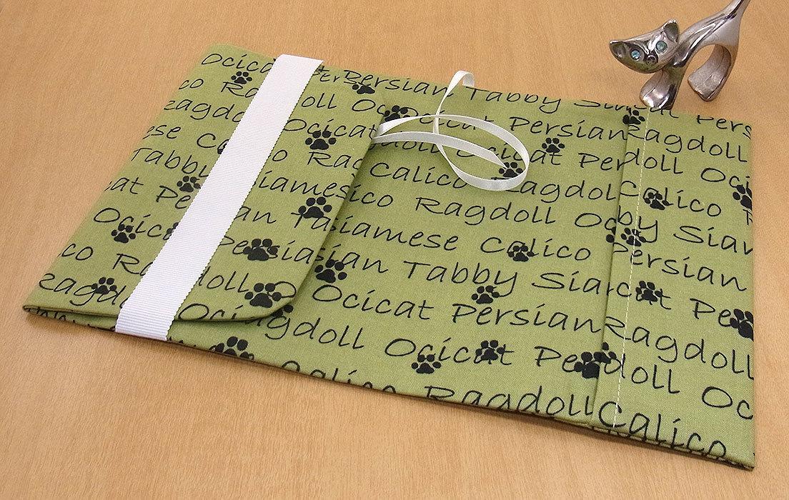 09 B ハンドメイド 手づくり 文庫本② ブックカバー 黄緑 足跡 アルファベット 肉球 男性用 猫 ねこ ネコ キャット cat プレゼント 贈り物_調整可能です。