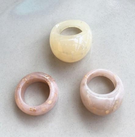 RT179:USサイズ6 1/2~8 金箔 アクリル 樹脂 リング 女性 男性 ファッション キラキラ リング 指輪 パーティー 誕生日 ジュエリー ギフト_画像2
