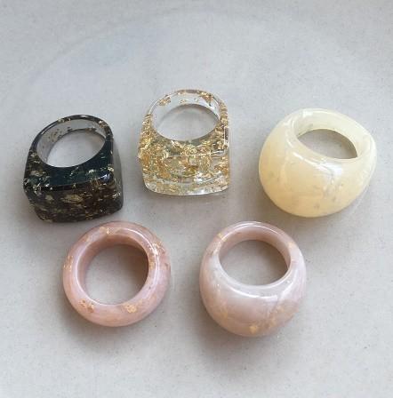 RT179:USサイズ6 1/2~8 金箔 アクリル 樹脂 リング 女性 男性 ファッション キラキラ リング 指輪 パーティー 誕生日 ジュエリー ギフト_画像1