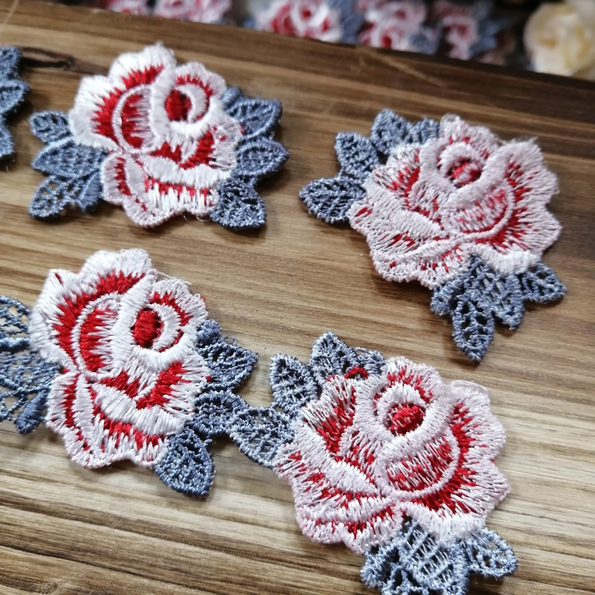 ハンドメイド ワッペン   刺繍 綺麗なワッベン 手作り 花モチーフ 薔薇 赤2