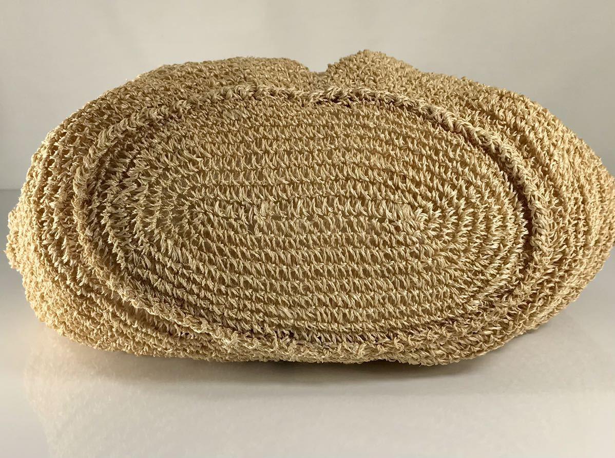 agnes b アニエス・ベー 可愛い編込 ベージュ レザー×天然素材 軽量 上品なショルダーバッグ。花チャーム&本革ロゴ&b チャーム3点付き。