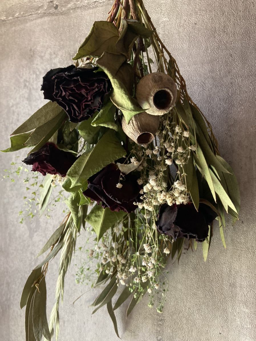 【送料込み】ドライフラワー☆真紅のバラとユーカリのシックなスワッグ☆インテリア雑貨☆壁飾り☆春☆個性的_横から