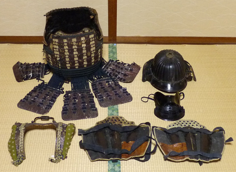 《FG》江戸期 鎧部品 鉄地 三十二間筋兜・半面頬・鉄地革被鎧胴・脛当 ジャンク品