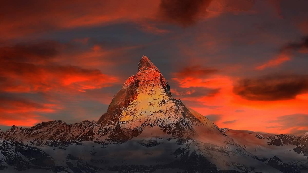画像データ 夕焼けと山