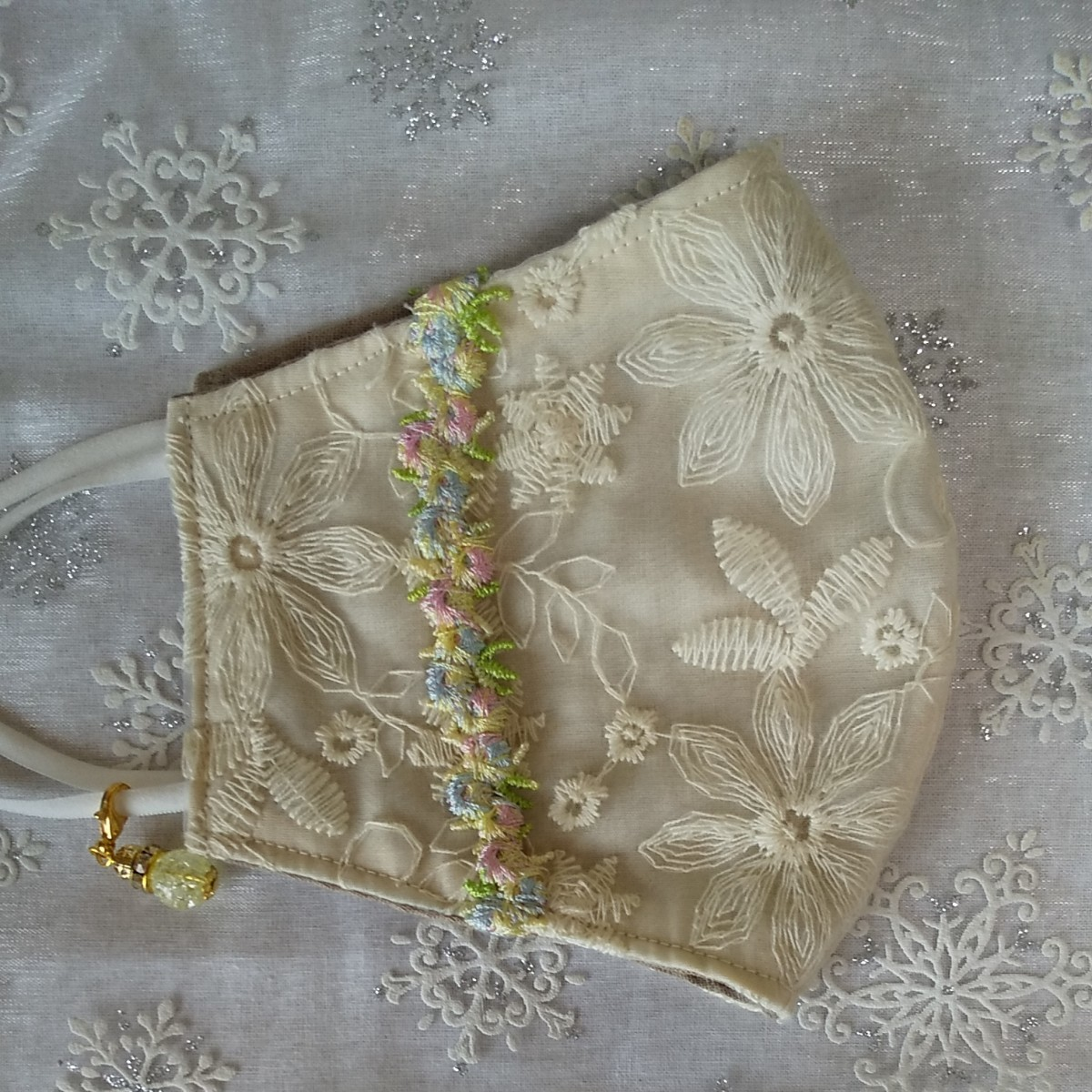 立体インナーハンドメイド、綿ガーゼ、チュール刺繍レース(アイボリー×お花リボン)(普通サイズ)アジャスター付、チャーム付
