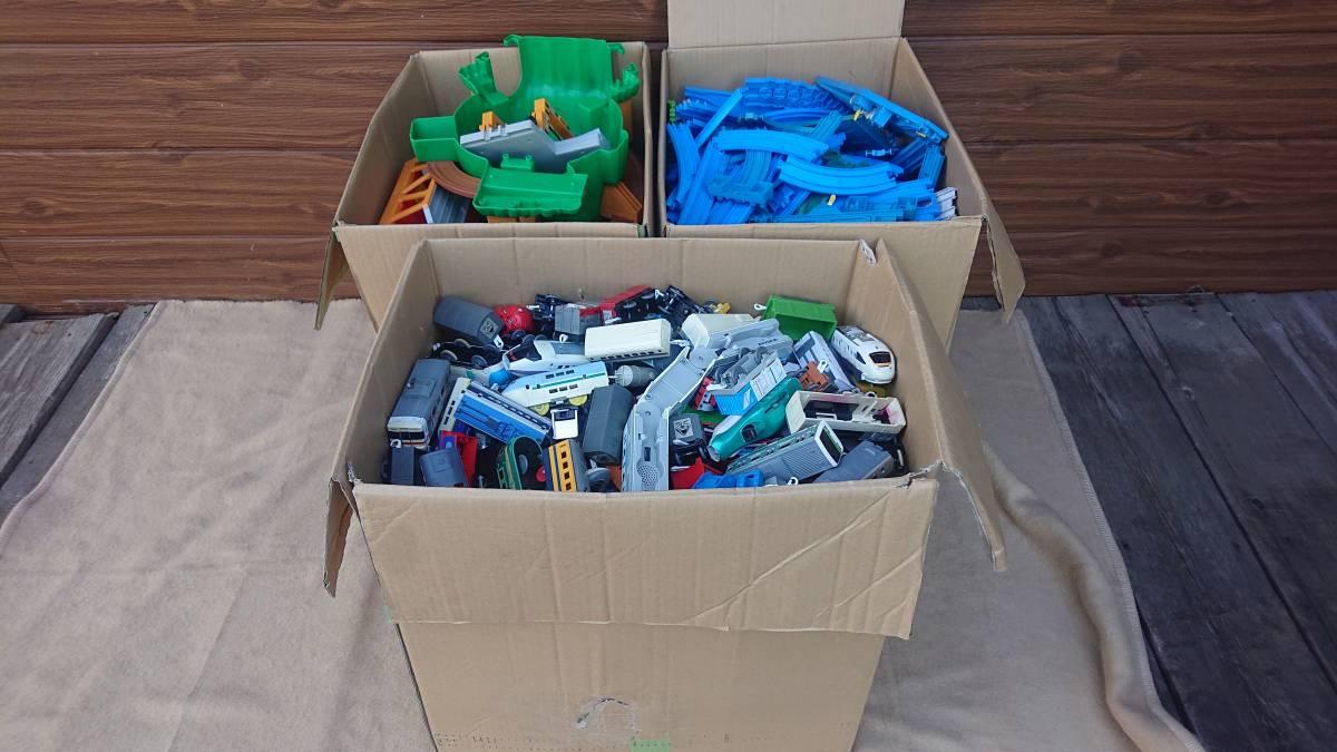 プラレール 車両・レール・施設 まとめて ジャンク 150サイズ 3箱_画像1