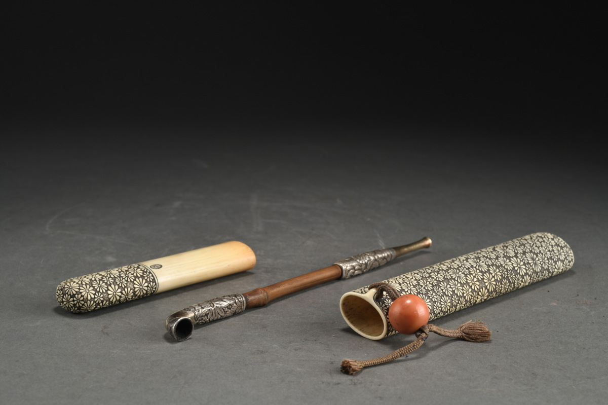 ◆鶴鳴堂◆江戸時代・匠の技 純銀・14金彫り煙管 在銘 マンモス煙管筒 珍材緒締玉 提げ物