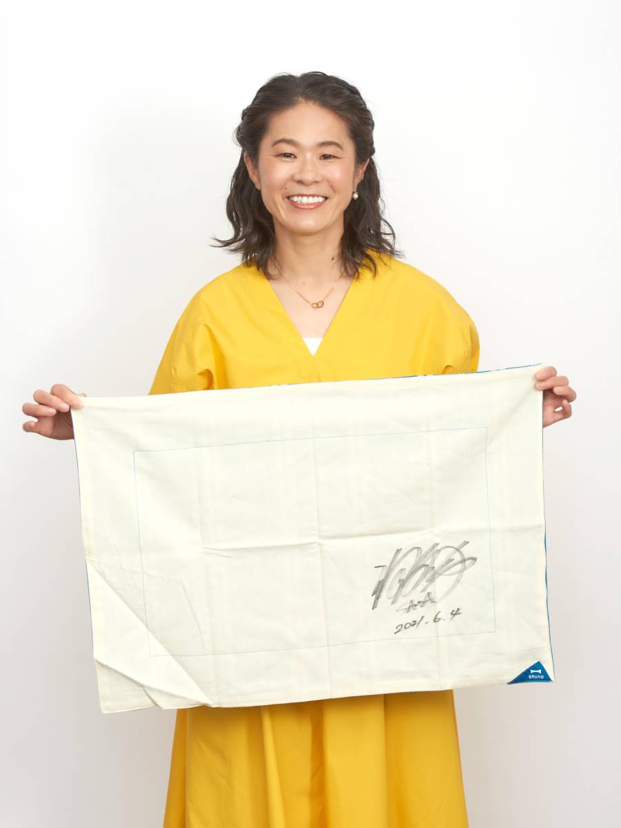 [エイズ孤児支援チャリティー]澤穂希さん直筆サイン入りパーティーマット_澤穂希さんとパーティーマット