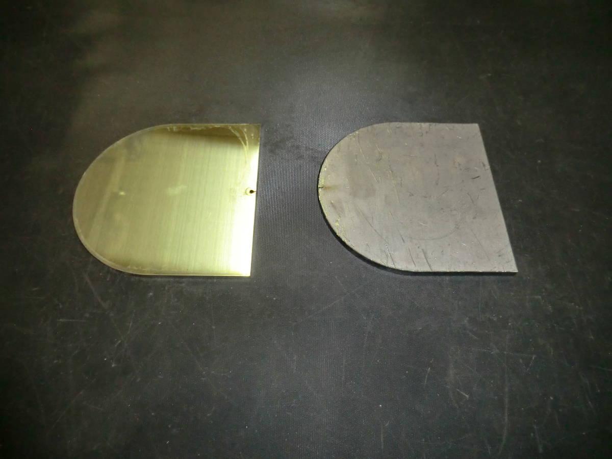 馬蹄形鉄板 約6mmx109.5mmx109.5mm 1枚 、ステンレス304 約5mmx109.5mmx109.5mm 1枚 計2枚_左がステンレス、右が鉄です。