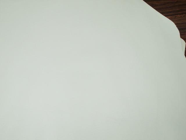 Y-21042667 牛 スムースキップ 124ds 半裁 1.0mm 白 1枚_画像2