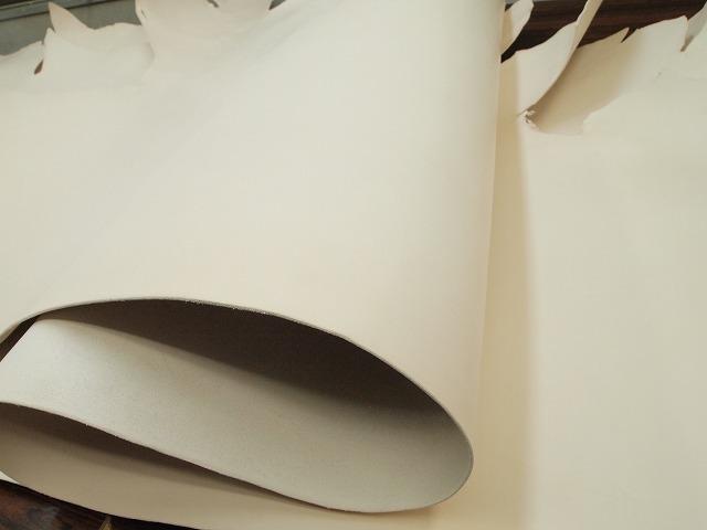 Y-21042679 国産 合成タンニン 純白ヌメ 190ds 半裁 2.3mm-3.0mm 白 1枚_画像3