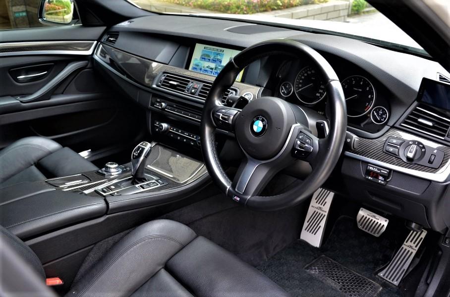 24年カスタム535i Mスポーツ ブレンボ6POD 車高調 スタビ サブコンピューター スロコン マフラー 鍛造21インチアルミ他 4,5点極上車_極端に使用感の薄い極上レザーインテリア
