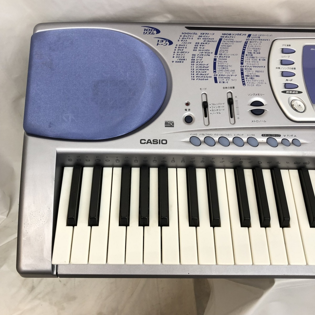 中古 CASIO カシオ 電子キーボード LK-250it 光ナビゲーション ケイタイリンク シルバー ブルー 電子ピアノ 鍵盤楽器 アダプター付 H15354_画像2