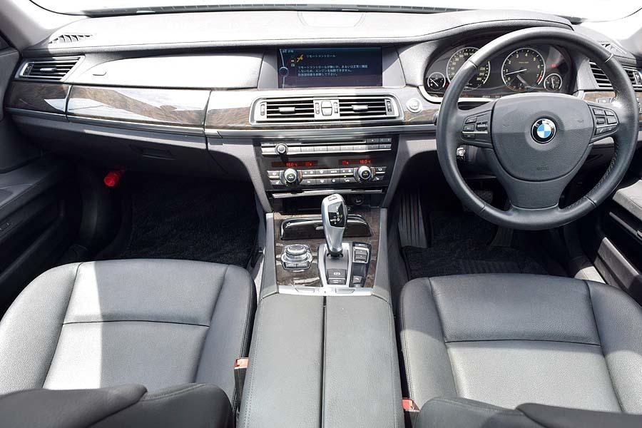 「【全車輌消毒消臭済】実走行少 正規ディーラー車 BMW740i ブラックサファイア 出品中の現車確認可能 黒革 サンルーフ」の画像3