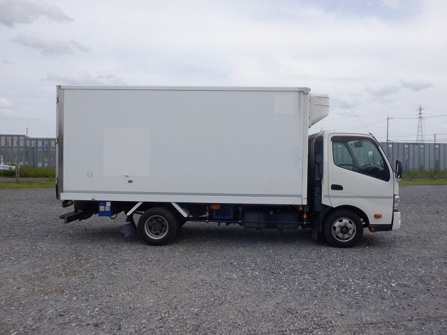 「① H27 デュトロ 3tワイドロング 冷凍冷蔵車 東プレ ー25度 スタンバイ キーストン床 N04C 6速MT TKG-XZU710M」の画像2