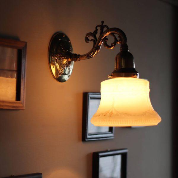 USAヴィンテージミルクガラスシェード付コロニアルブラケットライト|アンティーク壁掛け照明◆硝子壁面照明ウォールランプヴィクトリアン_ミルクガラスシェードブラケットライト照明