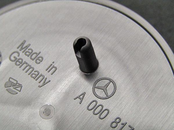 ベンツ純正品 グロスブラック エンジンフードバッチ(A0008172605)_画像8