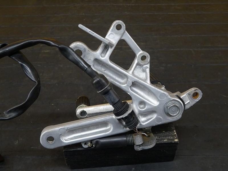 【210706】CBR250RR(MC22-1100)■ ステップ右 メインステップ ブレーキペダル ブレーキスイッチ スプリング ウェットブラスト施工済み!!_画像5