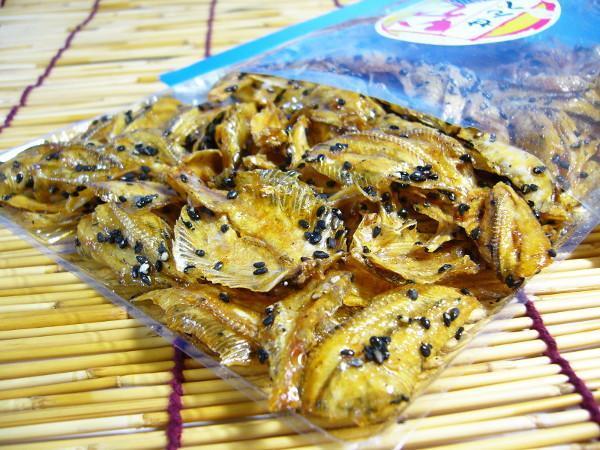 【北海道グルメマート】北海道限定品 珍味 黒ごまたっぷり いわしせんべい 80g_画像2